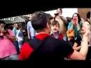 Guga Noblat cercado por manifestantes mesmo com bebê no colo