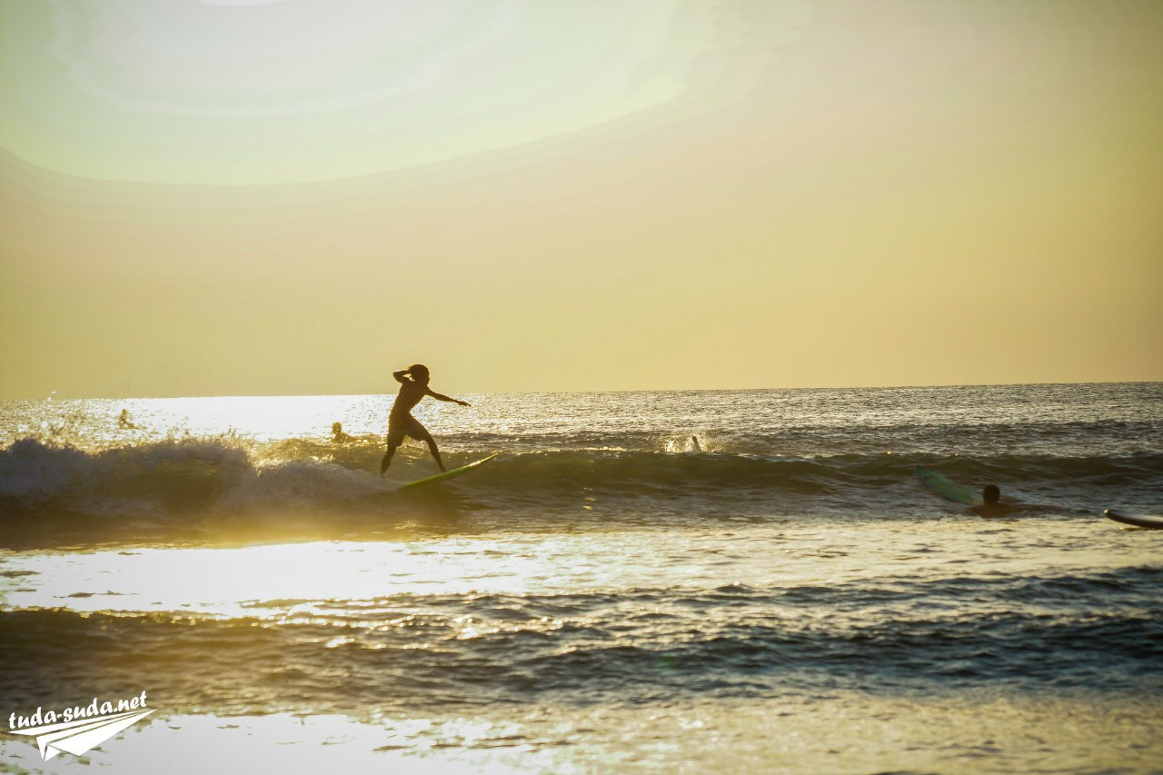 Серферы на Бали, пляж Кута