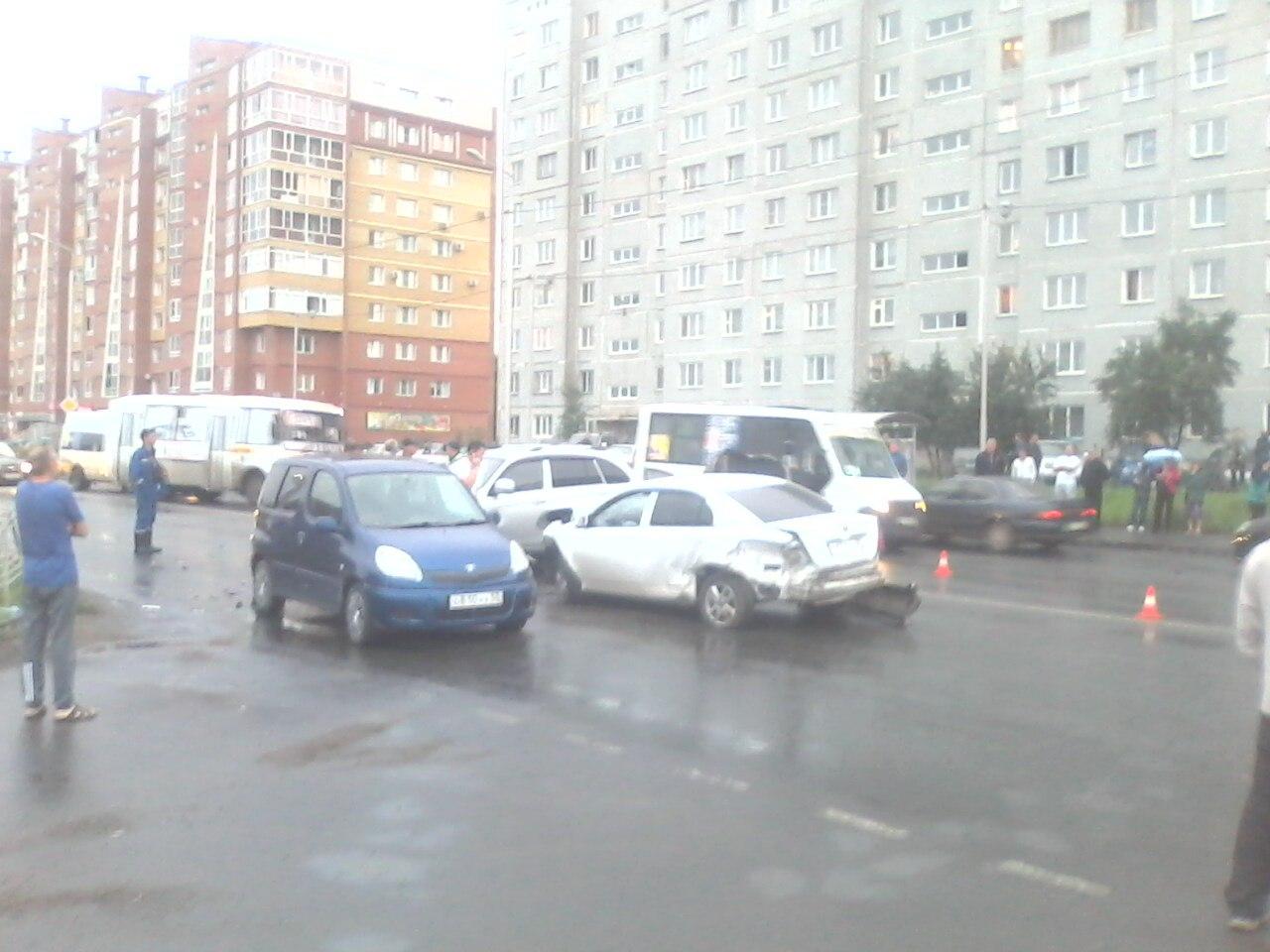 ВОмске «Лада» вылетела навстречку истолкнулась стремя авто