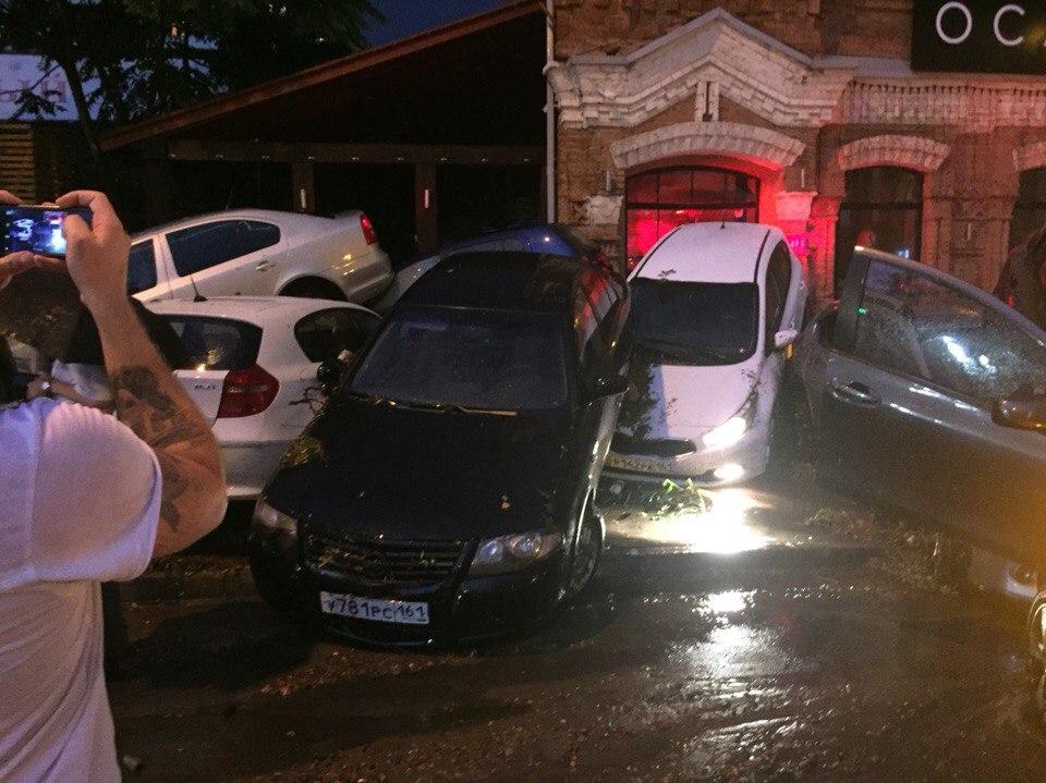 МЧС: Ростов пережил сильнейший ливень с градом: утонула 14-летняя девочка и десятки машин