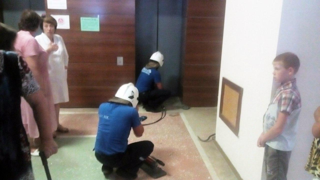 В Ростовской области заложниками лифта в санатории стали 11 человек, среди которых ребенок