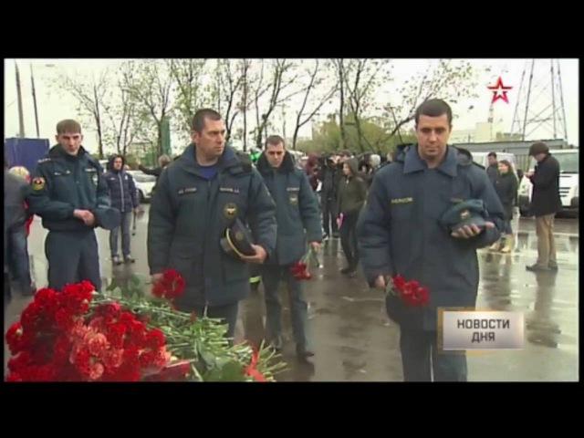Люди несут цветы к месту гибели восьми пожарных в Москве
