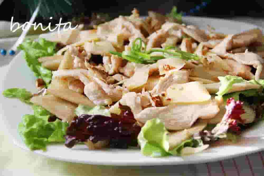 Салат с грушей и копченой курицей.