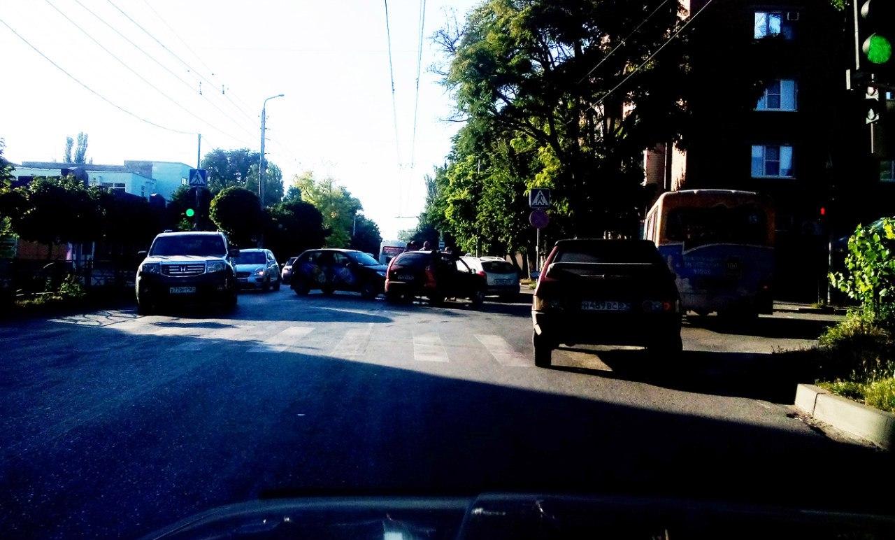 В Таганроге на улице Свободы столкнулись Ford и «Калина»