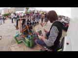 Талантливый уличный музыкант играет на водопроводных трубах