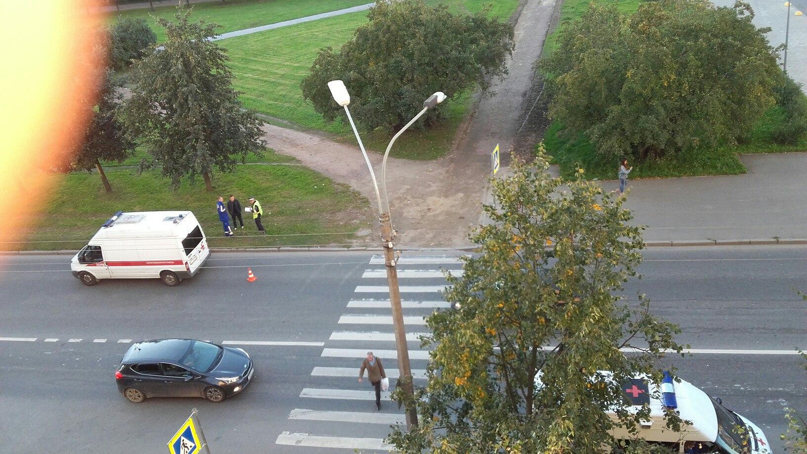 ДТП вПетербурге: Форд Focus сбил женщину с сыном наулице Долгоозерной