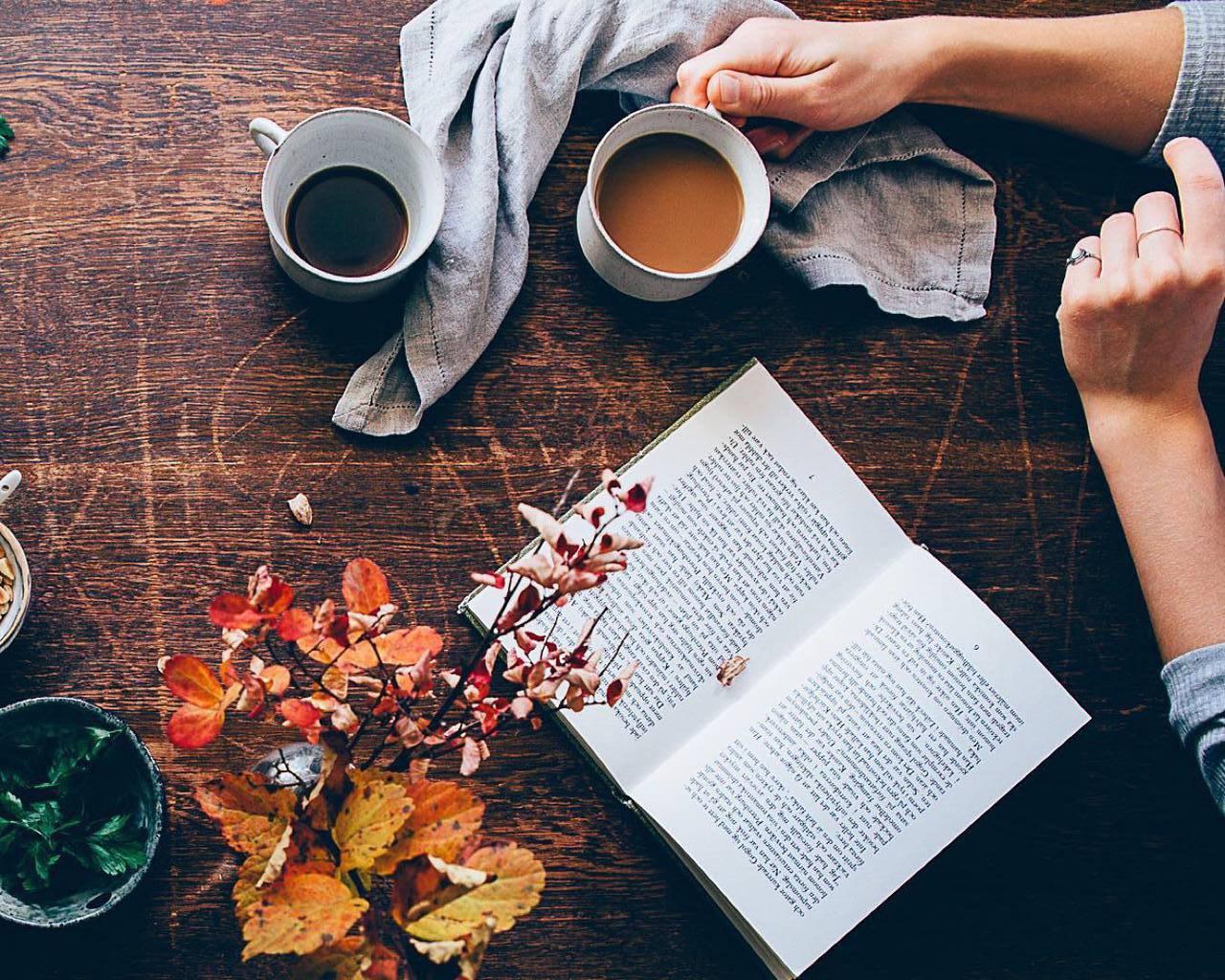 В осеннее время за чашечкой горячего кофе приятнее всего читать любимый роман.