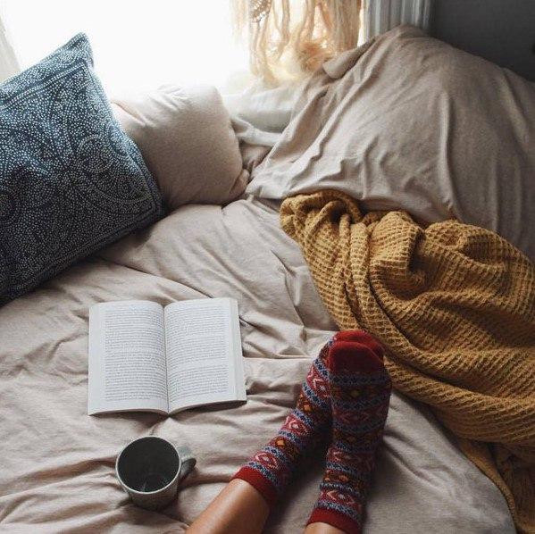 Горячая чашка чая лучше всего сочетается с книгой.