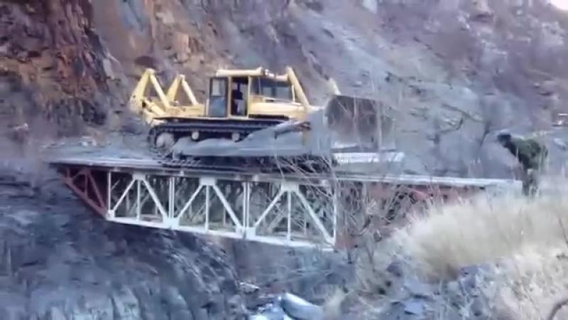 Бездорожье. Бульдозер в 40 тонн переезжает мост без водителя - 1463390384280