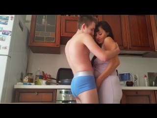 мат приставал сына на кухне порно