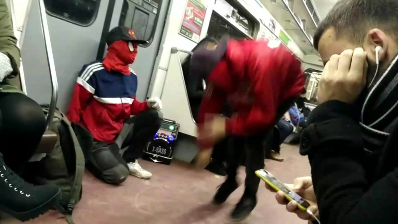 Человек паук и дэтпул танцуют брэйкданс в метро спб
