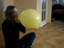 Iva nafukuje balónek