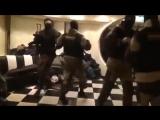 Спецназ танцует перед маски шоу в ожидании захвата кафе (1)