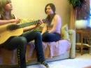 Девушка поёт под гитару Гоп Стоп Зелень