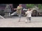 Ребнок учит Джеки Чана технике Шаолинь