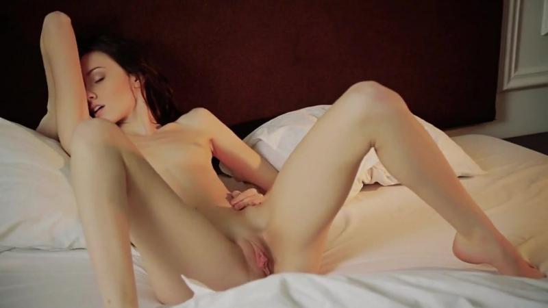 Сексуальная молоденькая девушка нежится в постели Yong, Erotica Girl, Pussy