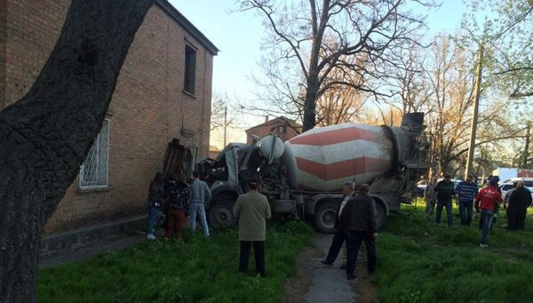 В Таганроге «КАМАЗ» столкнулся с Toyota Land Cruiser Prado после чего врезался в дом