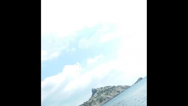 Стоишь на берегу и чувствуешь соленый запах ветра, что веет с моря. И веришь, что свободен ты, и жизнь лишь началась