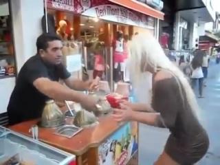 Офигеть что делает турок с Блондинкой! ))