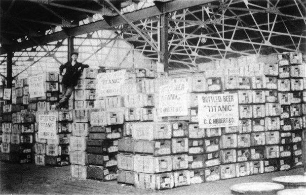 Ящики с 20 000 бутылками пива перед