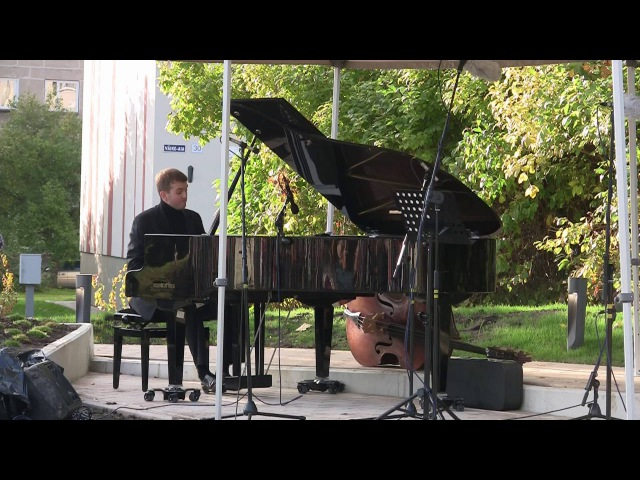 Arvo Pärdi muusikaaia avamine. Pianist Sten Lassmann ja Paide linnapea Siret Pihelgas