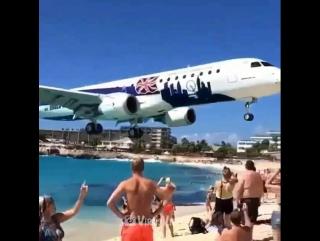 Самолёт  совершает посадку в аэропорту Принцессы Джулианы над головами туристов, отдыхающих на пляже Махо.