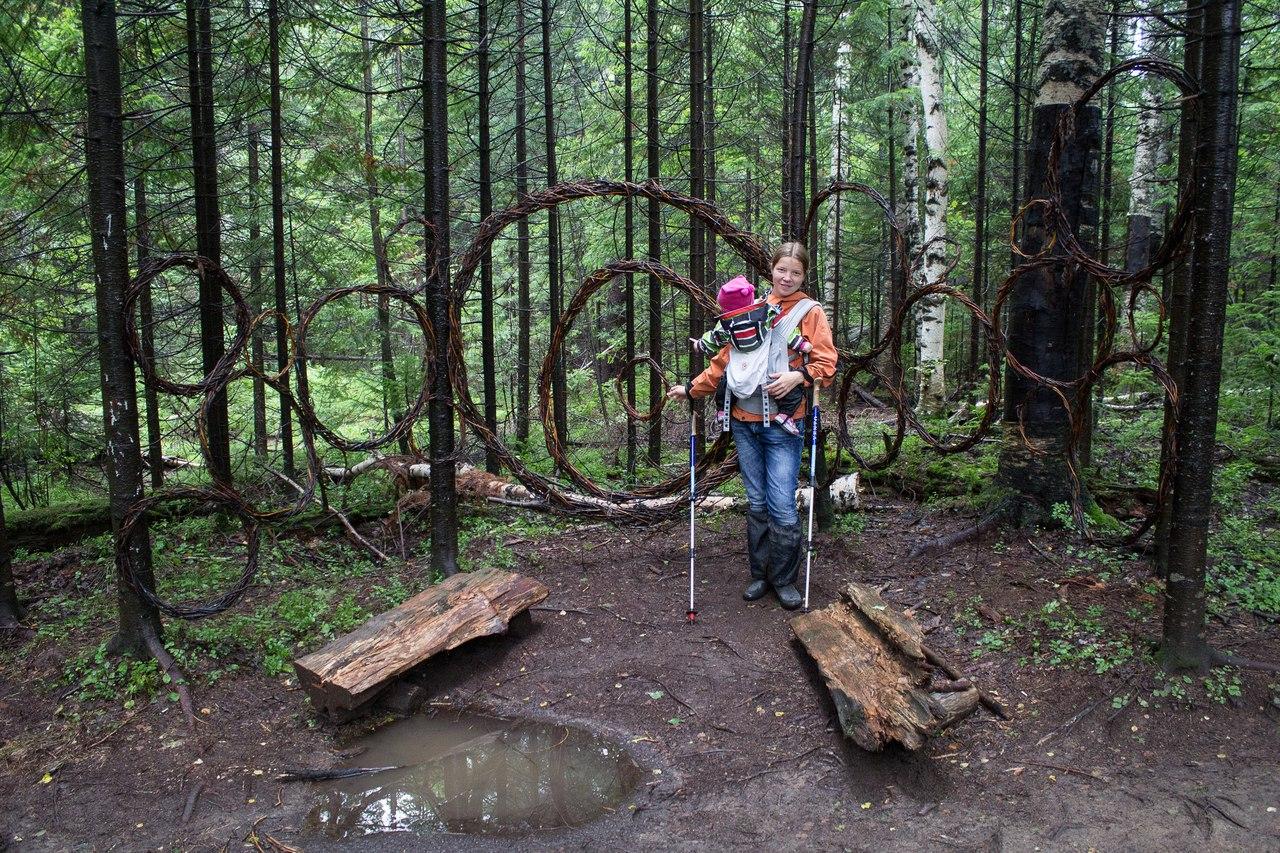 Странные арт-объекты в лесу