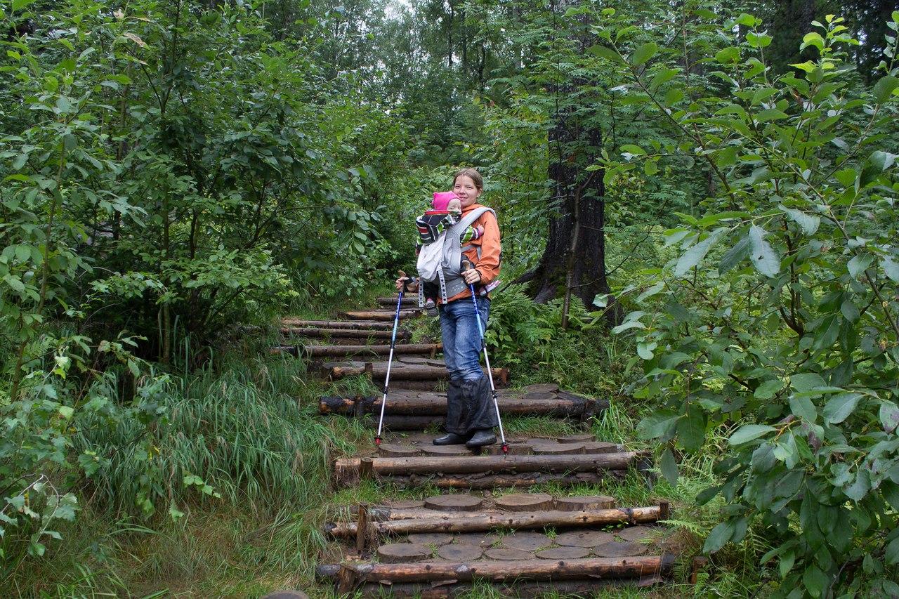 Небольшой приятный участок тропы недалеко от часовни - лестница