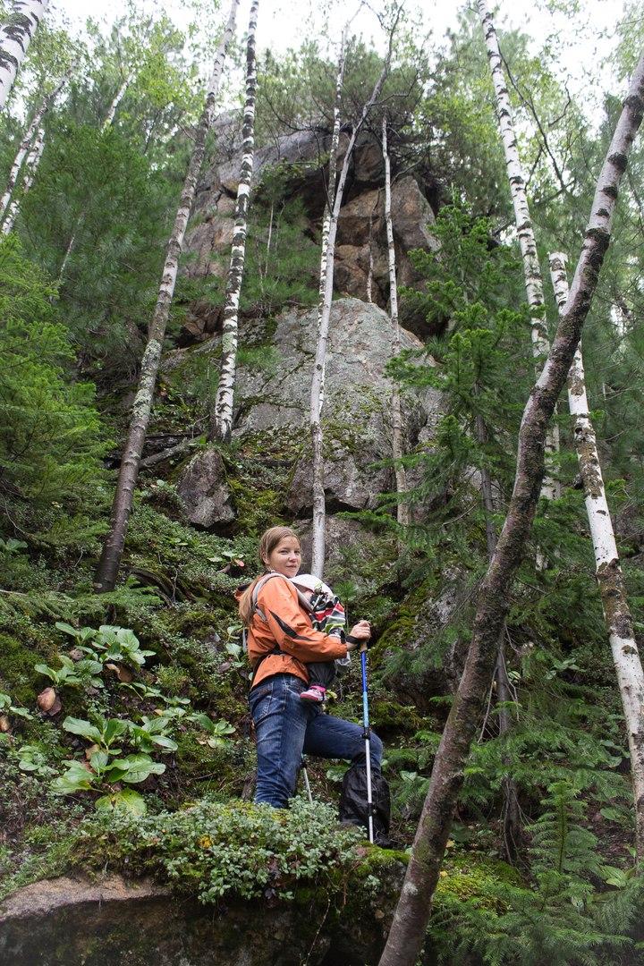 Были на подъеме даже такие скалы, их мы, конечно, обходили