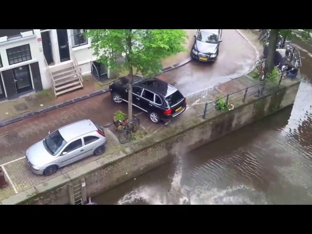 Porsche Cayenne утопил припаркованный smart ... Porsche pushes Smart into canal