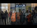 В Славянске на железнодорожном вокзале спели песню