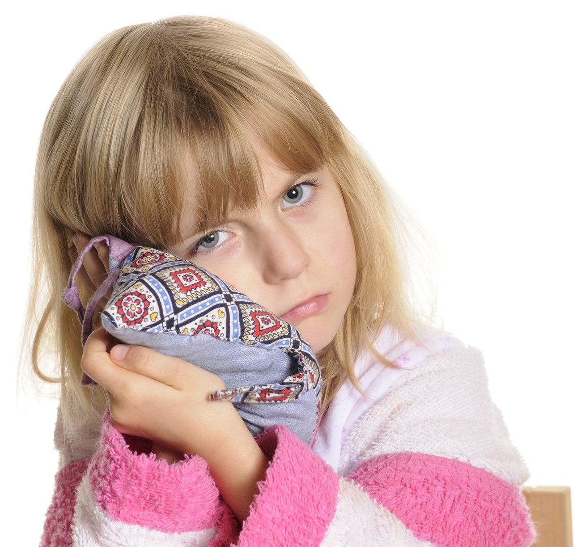 почему у ребенка болит ухо