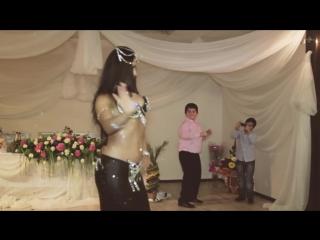 Прикол на свадьбе. мальчик пародирует танец живота_boy parodies a belly dancer