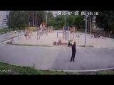 Видео нападения на воспитателя детского сада днем!!!!!!!!!!! Жесть!!!!!!