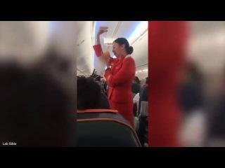 Гибралтарские футболисты подыграли стюардессе Аэрофлота, объяснявшей правила...