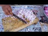 Индус режет лук