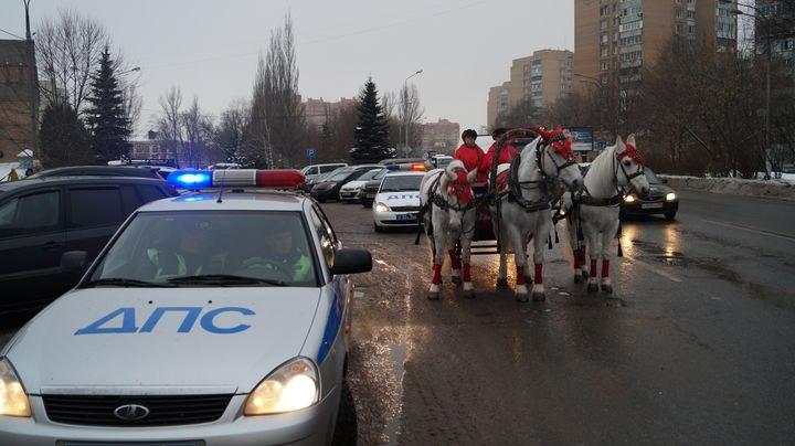 Дед Мороз и Снегурочка проехались на тройке лошадей по улицам Симферополя