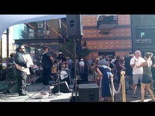 Открытые летние концерты в Портланде. Выступает карибо-кубинская группа.