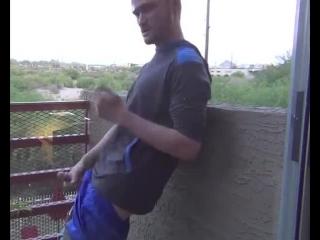 Парень дрочит на балконе