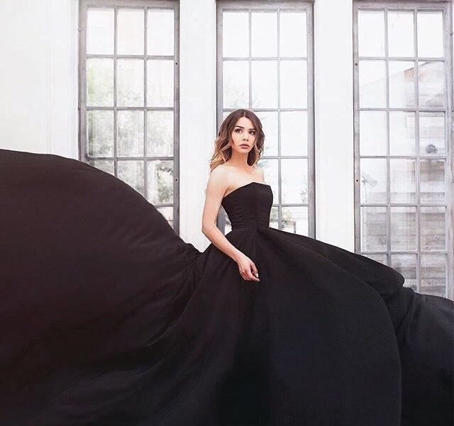 Мария Вэй в черном платье