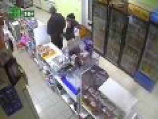 Ограбление попало в камеру видеонаблюдения, полицейские ищут воров