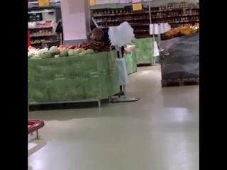 Сотрудница Магнита высыпает мусор в овощи.