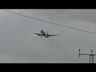 Из-за сильного ветра самолет завис в воздухе