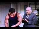 Молодой Арнольд Шварценеггер делает массаж / юмор