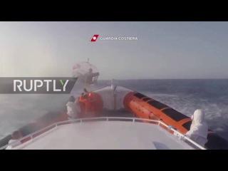 Италия: Два беженцев доставили по воздуху в больницу береговой охраны забрал 6,000 человек.