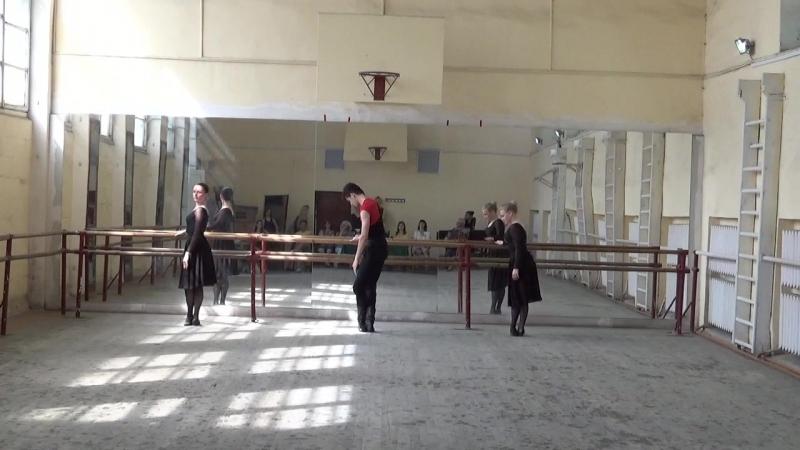 СГИИ. Экзамен по народному танцу, группа и2-04. Упражнения у станка.