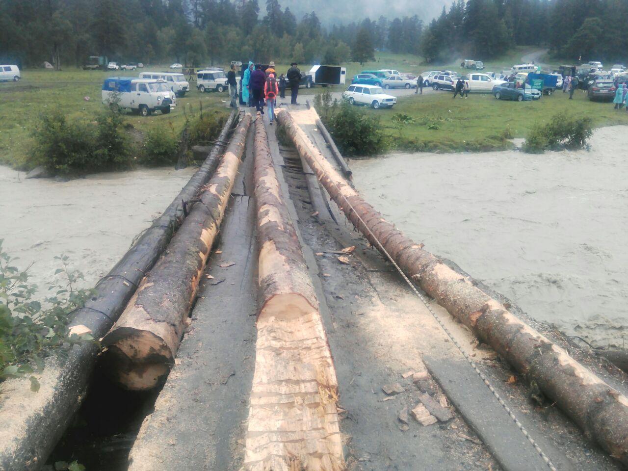 В Зеленчукском районе в результате подъема уровня воды в реке снесло мост