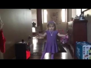 Маленькая девочка танцует и поёт под песню Селены