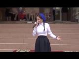 Девочка поет очень красивую песню о маме))LauraT