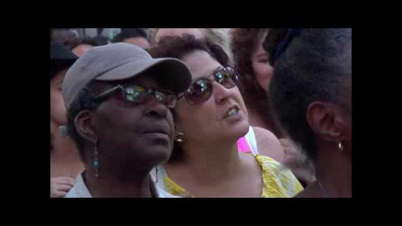 Мэтт Редман превратил Таймс-сквер в место поклонения, исполняя свою песню «Слав ...